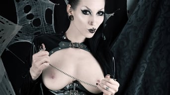 Razor Candi in 'Goth fetish babe in latex with nipple-clamps'